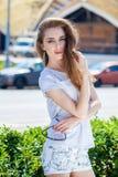 Portret dichte omhooggaand van jonge mooie donkerbruine vrouw Royalty-vrije Stock Foto