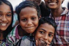 Portret die Indische kinderen op Varkala glimlachen tijdens pujaceremonie Stock Afbeelding