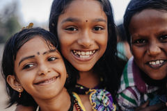 Portret die Indische kinderen op Varkala glimlachen tijdens pujaceremonie Stock Foto's