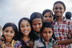 Portret die Indische kinderen op Varkala glimlachen tijdens pujaceremonie Stock Afbeeldingen