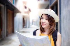 Portret die mooie reizigersvrouw charmeren Schitterend mooi g royalty-vrije stock afbeelding