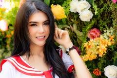 Portret die mooie vrolijke vrouw charmeren De mooie vrouwen is smil stock foto's