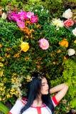 Portret die mooie vrouw charmeren Aantrekkelijke mooie vrouwenfe stock fotografie