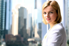 Portret die van bedrijfsvrouw zich met koffie dichtbij venster bevinden Het gebieds van de binnenstad achtergrond stock afbeelding