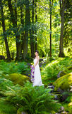 Portret die van bruid haar huwelijksbloemen houden Royalty-vrije Stock Foto