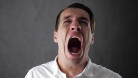 Portret die van de droevige mens met scheuren in ogen schreeuwen Het gedeprimeerde zakenman schreeuwen Mens in wanhoop stock video