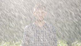 Portret die van de droevige mens zich onder de regen bevinden stock videobeelden