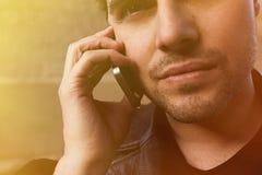 Portret die van de Gebaarde mens vraag op zijn mobiele telefoon maken stock afbeelding