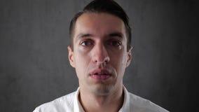 Portret die van de gedeprimeerde mens met scheuren in oog schreeuwen Mens in wanhoop stock footage