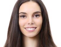 Portret die van de glimlach het mooie jonge vrouw camera bekijken stock afbeeldingen