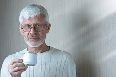 Portret die van de grijs-haired mens een Kop van koffie houden royalty-vrije stock foto