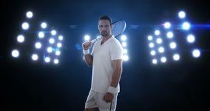 Portret die van de jonge mens zich met de racket bevinden stock video