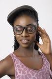 Portret die van de manier het mooie vrouw glazen dragen Stock Afbeelding