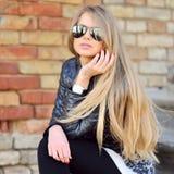 Portret die van de manier het mooie vrouw zonnebril dragen Stock Afbeeldingen