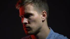 Portret die van de mens die diep in ziel, moedig het levensmoeilijkheden overwinnen kijken stock footage