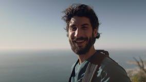 Portret die van de mens zich tegen overzees tijdens zonnige dag bevinden stock video
