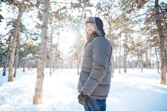 Portret die van de vrolijke mens zich in de winterpark bevinden Stock Fotografie