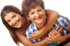 Portret die van dochter haar moeder omhelzen Royalty-vrije Stock Foto's