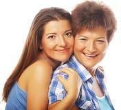 Portret die van dochter haar moeder omhelzen Royalty-vrije Stock Fotografie