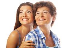 Portret die van dochter haar moeder omhelzen Stock Foto