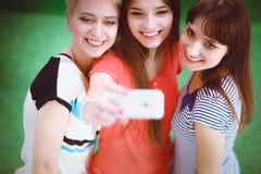 Portret die van drie jonge vrouwen, zich verenigen Royalty-vrije Stock Afbeelding
