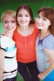 Portret die van drie jonge vrouwen, zich verenigen Stock Fotografie