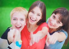 Portret die van drie jonge vrouwen, zich verenigen Stock Afbeelding
