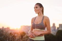 Portret die van een jonge aantrekkelijke vrouw in sportkleding, luisteren aan Royalty-vrije Stock Afbeelding