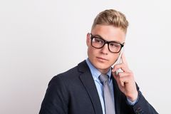 Portret die van een jonge mens met smartphone in een studio, een telefoongesprek maken royalty-vrije stock fotografie