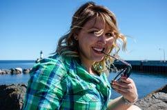 Portret die van een jonge volwassen vrouw met zonnebril, terughoudend, bekijken royalty-vrije stock afbeeldingen