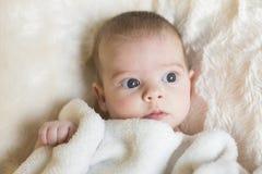 Portret die van een leuk wakker babymeisje, de camera bekijken zij Royalty-vrije Stock Foto