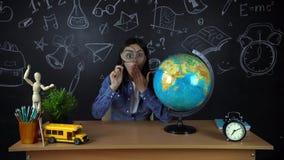 Portret die van een mooie schoolmeisjestudent, over het kiezen van een beroep, op de achtergrond van een zwarte Raad denken stock footage
