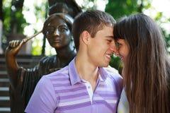 Portret die van gelukkig paar in het de zomer zonnige park houden royalty-vrije stock afbeeldingen
