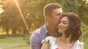 Portret die van gelukkig paar op baby in Park wachten stock video
