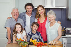 Portret die van gelukkige familie zich in keuken bevinden Stock Foto
