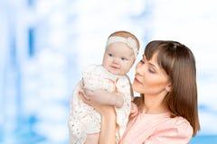 Portret die van gelukkige moeder haar baby houden Stock Foto's