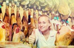 Portret die van gelukkige vrouw zich in vleeswinkel bevinden Royalty-vrije Stock Foto's