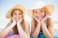 Portret die van gelukkige vrouwen op het strand liggen Stock Fotografie