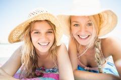 Portret die van gelukkige vrouwen op het strand liggen Royalty-vrije Stock Foto's