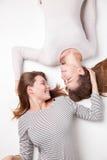 Portret die van gelukkige zusters op de vloer liggen Royalty-vrije Stock Fotografie
