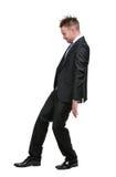 Portret die van gemiddelde lengte van zakenman tegen iets het plaatsen Stock Afbeelding