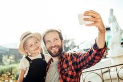 portret die van glimlachende vader selfie samen met dochter nemen royalty-vrije stock afbeelding
