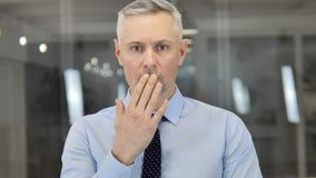 Portret die van Grey Hair Businessman in Schok, in Ontzag benieuwd zijn stock video