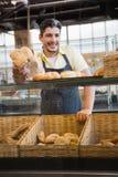 Portret die van het glimlachen van server brood aanbieden stock afbeeldingen