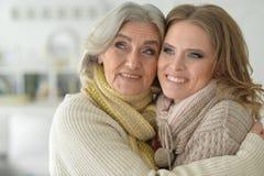 Portret die van hogere vrouw met dochter met deken behandelen stock foto