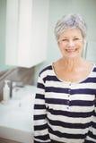 Portret die van hogere vrouw zich in badkamers bevinden stock fotografie