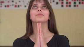Portret die van jong wijfje palmen houden samen gelovend in goed geluk of zijnd blij of biddend aan God stock videobeelden