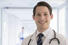 Portret die van jonge arts in laboratoriumlaag in het ziekenhuis, camera, close-up bekijken stock afbeeldingen