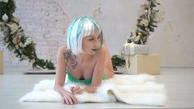 Portret die van jonge mooie aantrekkelijke vrouw in bodysuit op plaiddeken liggen stock video
