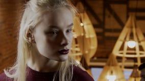 Portret die van jonge vrouw haar hoofd ronddraaien stock footage